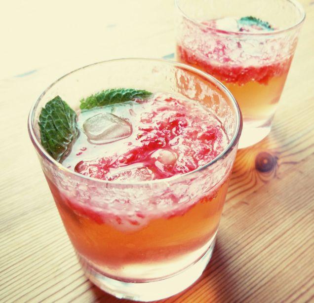 strawberry gin smash